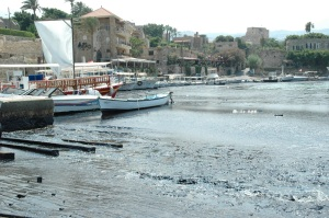 boats_on_oil-polluted_water_at_the_harbour_of_byblos
